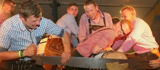 Oktoberfest – Beste Stimmung bei Baumstammsägen und Musik
