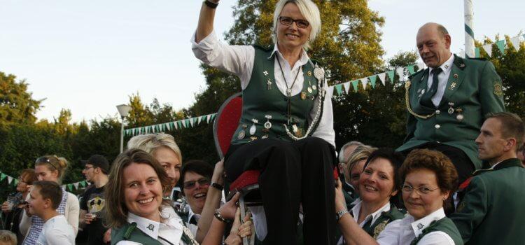Königschießen 2017 – Königin Hedel und Adjutant Jürgen lieferten sich ein hartes Gefecht