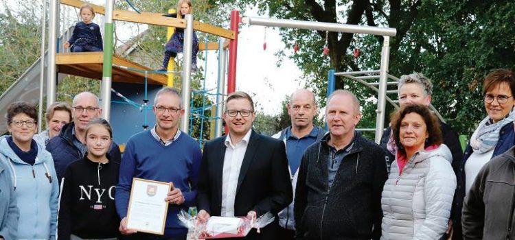 Bürgermeister bedankt sich bei Spielplatzgemeinschaft