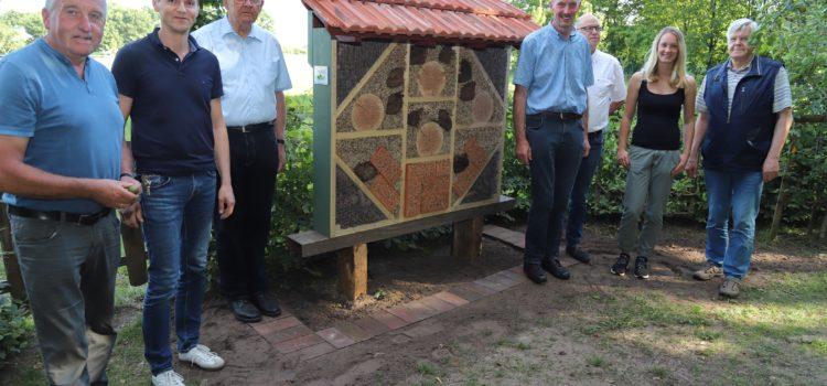 Insektenhotel an der Streuobstwiese – Einchecken bitte