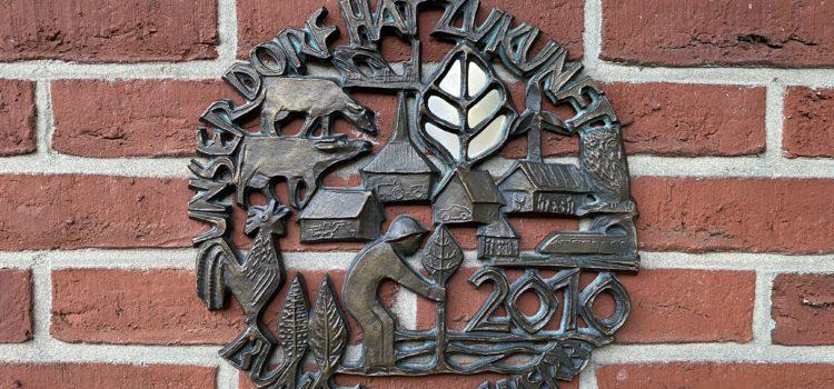 """Bronzeplakette """"Unser Dorf hat Zukunft"""" wieder aufgetaucht"""